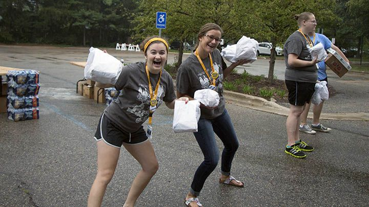 Orientation leaders passing out lunch to Streetfest students